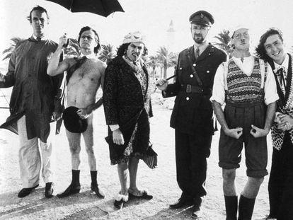 Desde la izquierda, John Cleese, Terry Gilliam, Terry Jones, Graham Chapman, Michael Palin y Eric Idle, en el rodaje en Túnez de 'La vida de Brian'.