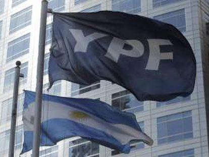La mayor productora de hidrocarburos de Argentina anunció el año pasado un plan de inversiones por unos 7.000 millones de dólares anuales en promedio para el período 2013-2017. EFE/Archivo