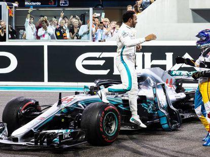 Hamilton acude a saludar a Fernando Alonso tras la victoria del británico en la carrera de ayer en el circuito Yas Marina.