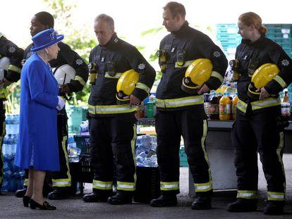 La reina Isabel II visita la zona del incendio.