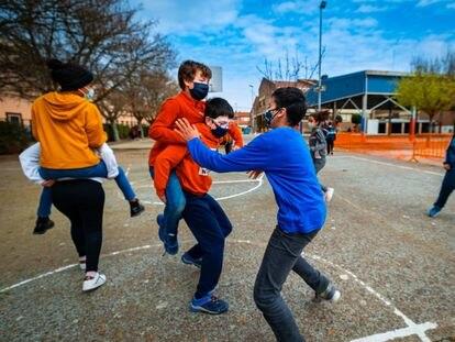 Alumnos en el patio de un colegio navarro, en marzo.