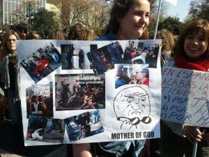Una estudiante muestra una pancarta que anuncia: Esta primavera, se lleva el gris.