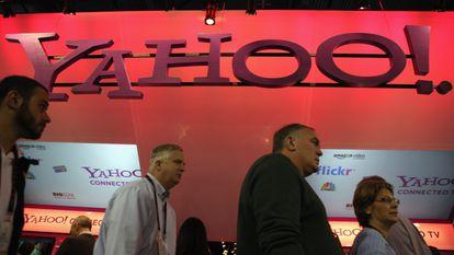 Asistentes caminan frente al estand de Yahoo! en la Feria de Electrónica de Consumo de Las Vegas (EE UU), de 2011.