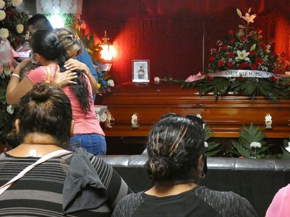 Familiares y amigos despiden este lunes a Ángel Fernando Ruiz, uno de los fallecidos durante el ataque en ciudad Reynosa, Tamaulipas.