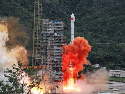 El cohete 'Larga Marcha 3B', que transporta el satélite final del sistema Beidou, despega del centro de lanzamiento de Xichang, en la provincia china de Sichuan
