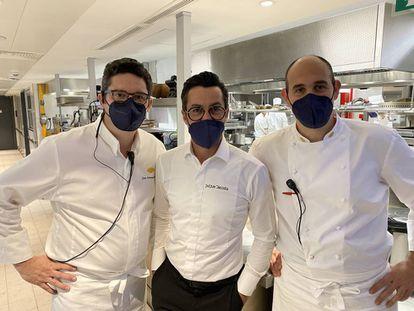 Juan Antonio Medina y Francisco Javier Muñoz junto con Quique Dacosta en las cocinas del Mandarin Oriental Ritz Madrid J.C. CAPEL