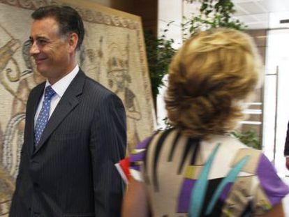 Alberto López Viejo pasaba frente a Aguirre en 2009 en la Asamblea de Madrid. Al fondo, Benjamín Martín, también imputado.