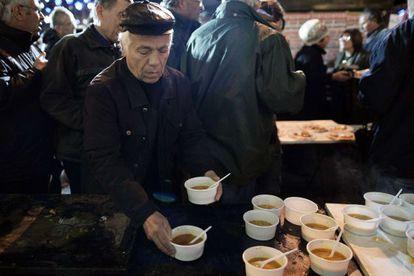 Pensionistas griegos cenan durante una vigilia de protesta.
