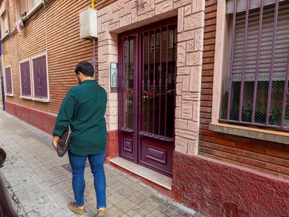 Un hombre pasa por el portal de la vivienda de la menor asesinada, en Zaragoza.
