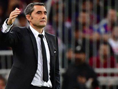 Ernesto Valverde, durante el Barça-Atlético de Supercopa. En vídeo, las claves de la búsqueda de un relevo para el entrenador vasco.