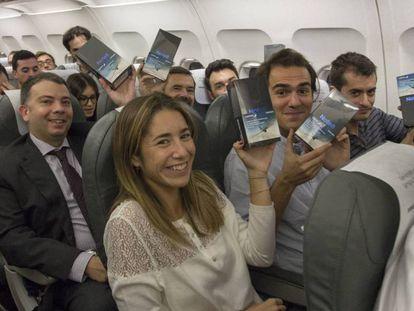 Los pasajeros del vuelo de Iberia muestran su Note 8.