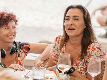 Icíar Bollaín y Candela Peña, en el rodaje de 'La boda de Rosa'.