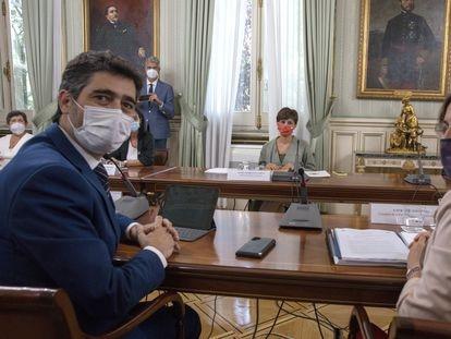 El vicepresidente de la Generalitat, Joan Puigneró, la consejera Laura Vilagrá y la ministra Isabel Rodríguez (al fondo), en la reunión del 2 de agosto.