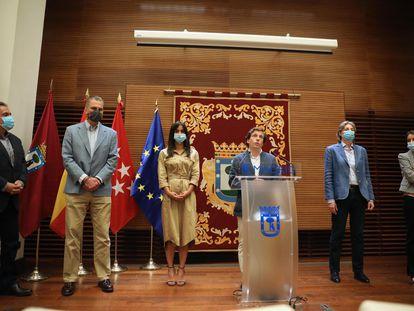 De izquierda a derecha, Hernández (PSOE), Ortega (Vox), Villacís (cs), Almeida, Higueras (Más Madrid) y Levy (PP) al presentar las mesas de reconstrucción el pasado 25 de mayo