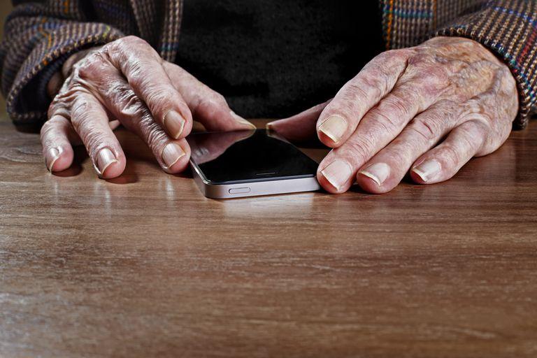 Un hombre mayor sostiene un 'smartphone'