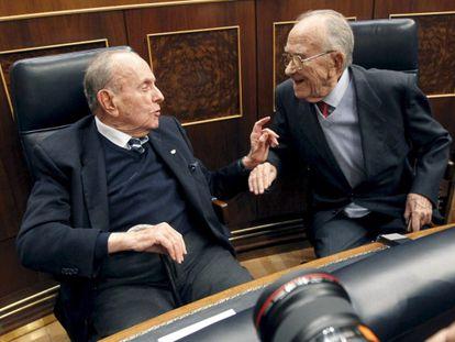 Manuel Fraga (i), y el entonces secretario general del PCE, Santiago Carrillo (d), conversan durante el acto que se celebró en el Congreso de los Diputados con motivo del 30 aniversario del intento de golpe de estado del 23-F.