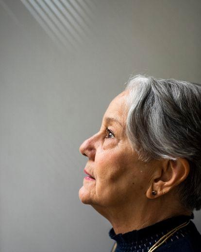 Lélia Wanick Salgado, esposa y compañera del fotógrafo Sebastiao Salgado, retratada en su estudio, en París. ©Ed Alcock