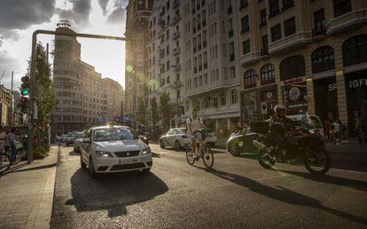 Varios coches circulan por la Gran Vía, en el interior de Madrid Central.