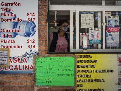 Mellita Rosas atiende el negocio de agua embotellada en el que trabaja en Iztapalapa, Ciudad de México, el 11 de junio de 2021.