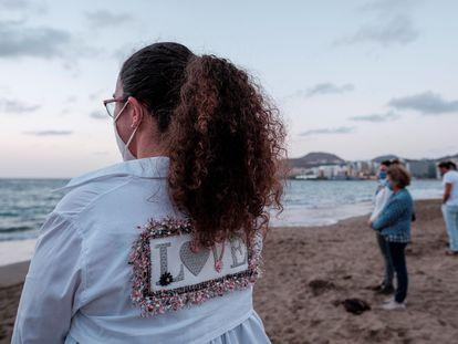 Un grupo de personas rinde homenaje el martes en la orilla de la playa de Las Canteras a la niña que falleció el domingo pasado, tras haber sido rescatada en estado crítico de una patera.
