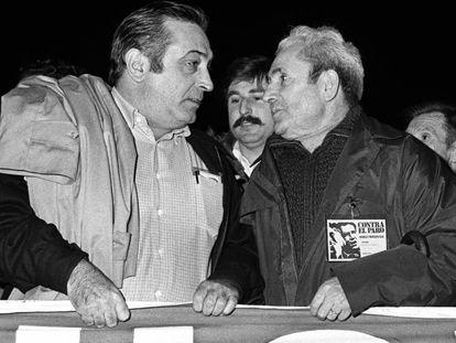Marcelino Camacho (derecha), secretario general del CC OO, y Nicolás Redondo, secretario general de UGT, en una manifestación contra el desempleo, en Madrid en 1979.