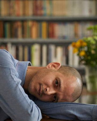 El escritor Abdelá Taia posa para ICON en la sede madrileña de la editorial Cabaret Voltaire, que ha publicado la mayoría de sus libros en español.
