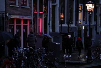 Gente en el Barrio Rojo de Ámsterdam, el pasado mes de marzo.