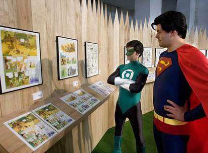Dos jóvenes disfrazados de los personajes <i>La linterna Verde</i> y <i>Supermán</i> en el Salón del Comic.