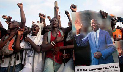 Manifestantes a favor del expresidente Laurent Gbagbo, que se disputa el poder con el ganador de las elecciones de noviembre de 2010, Alassane Ouattara.
