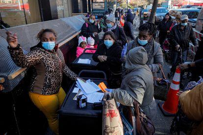 Cola para recibir cajas de comida gratuitas en Nueva York, en diciembre 2020.