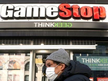 Un hombre pasa ante una tienda de GameStop, este viernes en Manhattan (Nueva York).