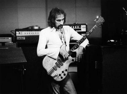 El bajista John McVie en el estudio. Durante la grabación de 'Rumours' fue el que más recurrió a la bebida para superar sus destrozos sentimentales.