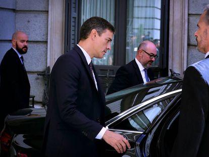 El presidente del Gobierno, Pedro Sánchez, a la salida del Congreso de los Diputados.