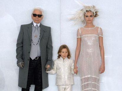 Hudson Kroenig, entre el diseñador Karl Lagerfeld y la modelo Cara Delevingne, en el cierre de un desfile de Dior.
