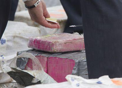 La policía se dispone a pesar fardos de cocaína incautada en 2019 durante una operación coordinada por la Fiscalía Antidroga de Pontevedra y realizada por agentes de Greco y Udyco de la Policía