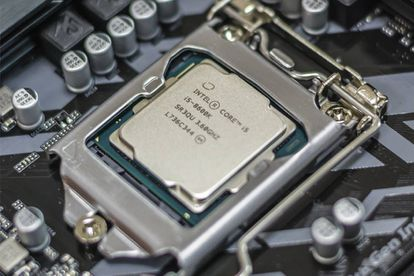Un procesador de Intel en la placa base de un ordenador.