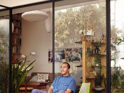 Abraham Cruzvillegas, fotografiado en su casa de México DF.