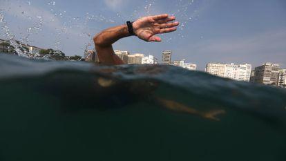 Un joven entrena en la playa de Capocabana de Río de Janeiro (Brasil).