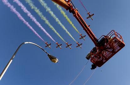La Patrulla Águila dibuja la bandera de España en el cielo de Madrid al terminar el desfile militar en el Día de la Hispanidad.