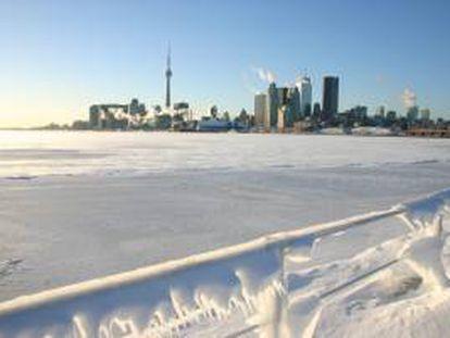 Con el paulatino ascenso hoy de las temperaturas, con mínimas de -20 grados con el efecto viento, el personal de pista del aeropuerto internacional Pearson de Toronto está operando con normalidad pero la acumulación de vuelos cancelados. EFE/Archivo