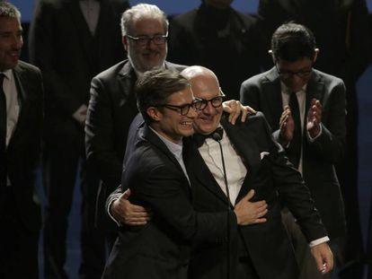 Los actores Gael García Bernal y Luis Gnecco celebran el premio a mejor película para 'Neruda' en los Fénix.