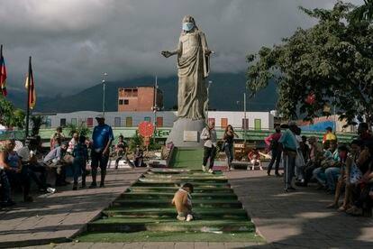 Un niño juega la plaza de la redoma de Petare en Caracas.