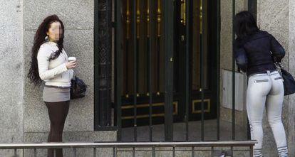 Dos prostitutas en calle de la Montera de Madrid.