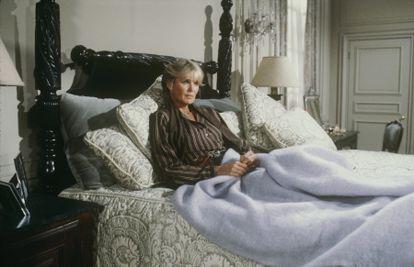 Krystle Carrington en su cama, una pieza escultórica de madera maciza con patas torneadas a la altura de los dioses que levitan en ella. |