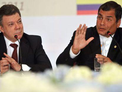 Correa (derecha) interviene en presencia de Santos.