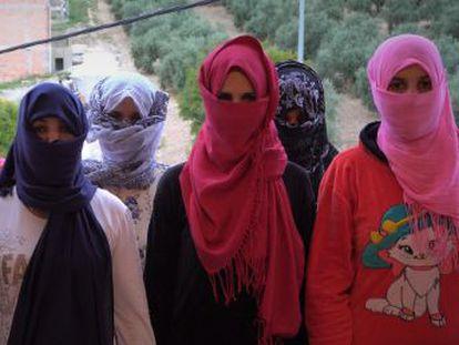 Las trabajadoras marroquíes acusan al SAT de apropiarse indebidamente de su dinero y hacerlas trabajar para sufragar sus gastos.