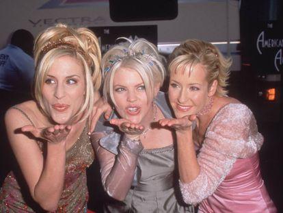 Las Dixie Chicks lanzan un beso a los fotógrafos en los American Music Awards de 1999.