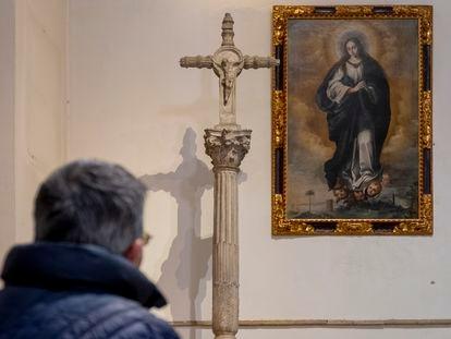 'Inmaculada', lienzo atribuido a Murillo, este lunes en la Parroquia de San Vicente Mártir, en Sevilla.