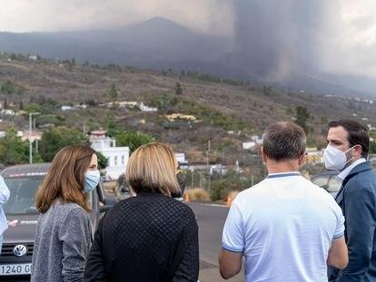 La ministra de Derechos Sociales, Ione Belarra (izquierda), y el ministro de Consumo, Alberto Garzón (derecha), durante su visita el pasado viernes a La Palma.