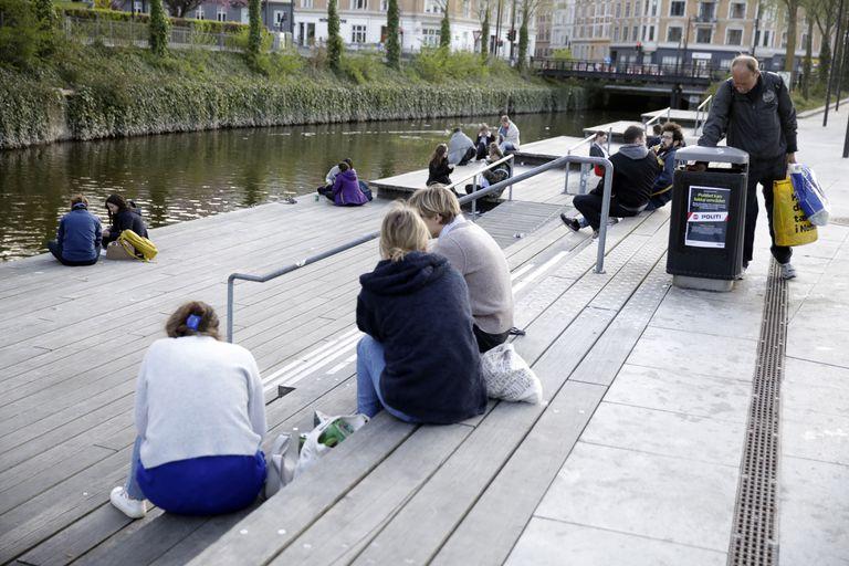 Varios daneses toman el aire en Aarhus, en el norte del país, el 24 de abril de 2020.